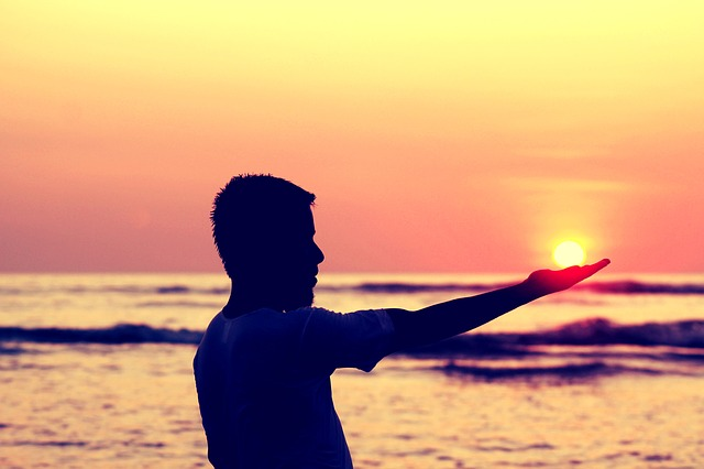 sun-in-hand-693382_640