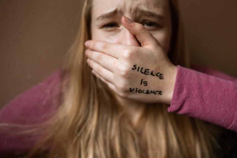撈過界的言語暴力:縮限自我堅持